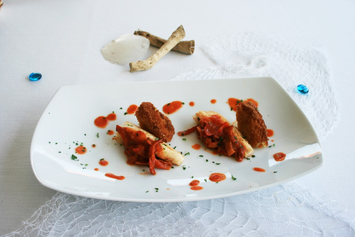 Filetti di pescatrice in salsa di pomodoro all'amatriciana e crocchette di patate